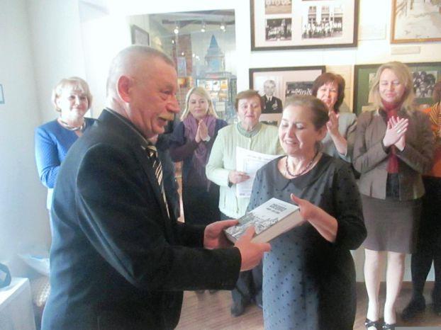 Владимир Овсянкин передал в дар музею свою книгу