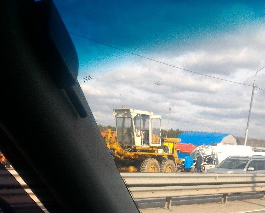 Шофёр грузового автомобиля умер после столкновения сгрейдером вПодольске
