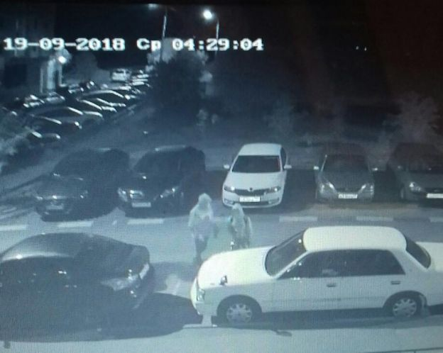 Молодежь пыталась вскрыть ряд машин в Кузнечиках