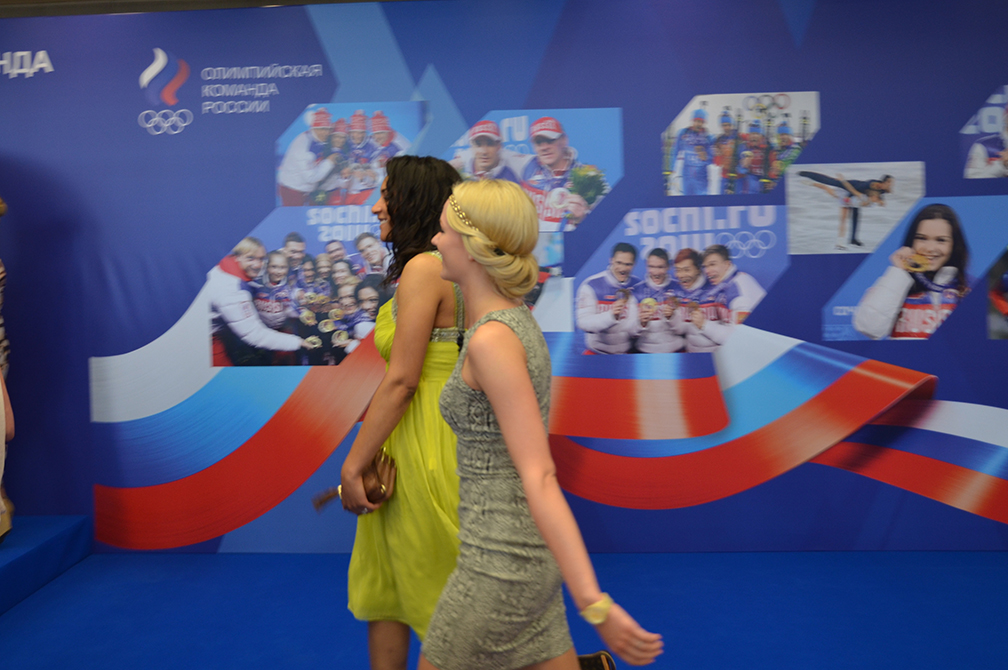 Девушки из сборной по керлингу на Олимпийском балу 31.05.2014