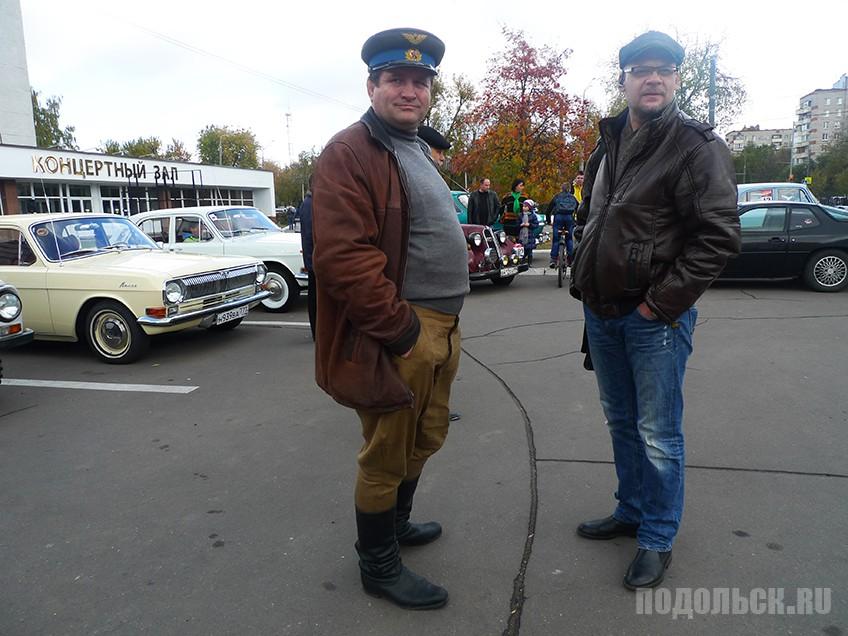 Участник парада ретро автомобилей.