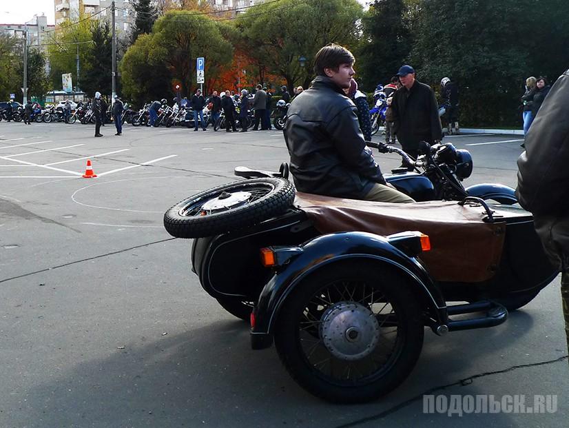 Участник парад ретро автомобилей.