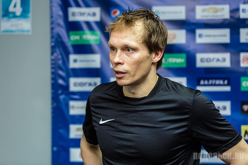 """Капитан """"Витязя"""", Максим Афиногенов дает интервью после матча."""