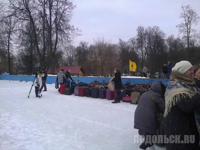 Флеш-моб по сбору чемоданов в парке им. Талалихина.