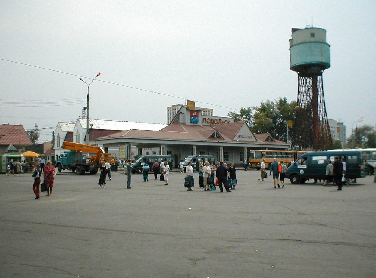 Вокзальная площадь, водонапорная башня. 2002 год.