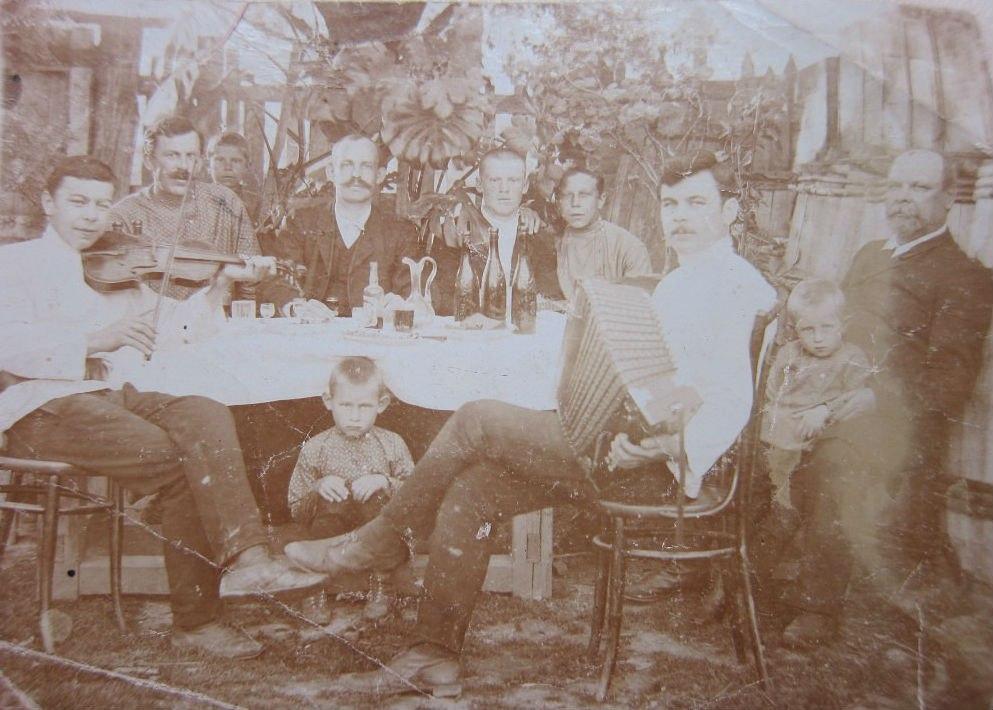 г. Подольск. Мальчишник во дворе частного дома № 67/56 на ул. Александровской (ныне ул. Комсомольской), 1914 год.
