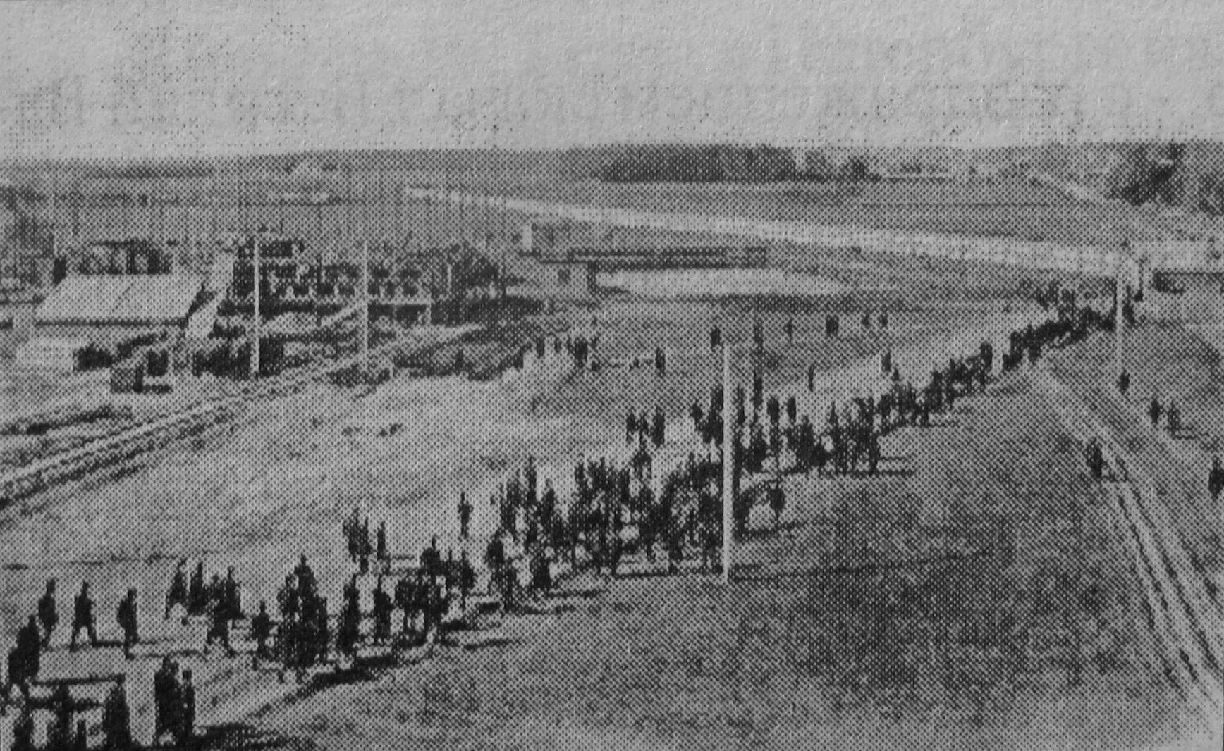 Завод компании фабрики швейных машин «Зингер», рабочий день завершён. 1900 год.