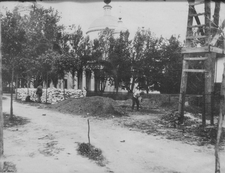 Благоустройство территории у Троицкого собора. Фото между 1900-1920 годом.