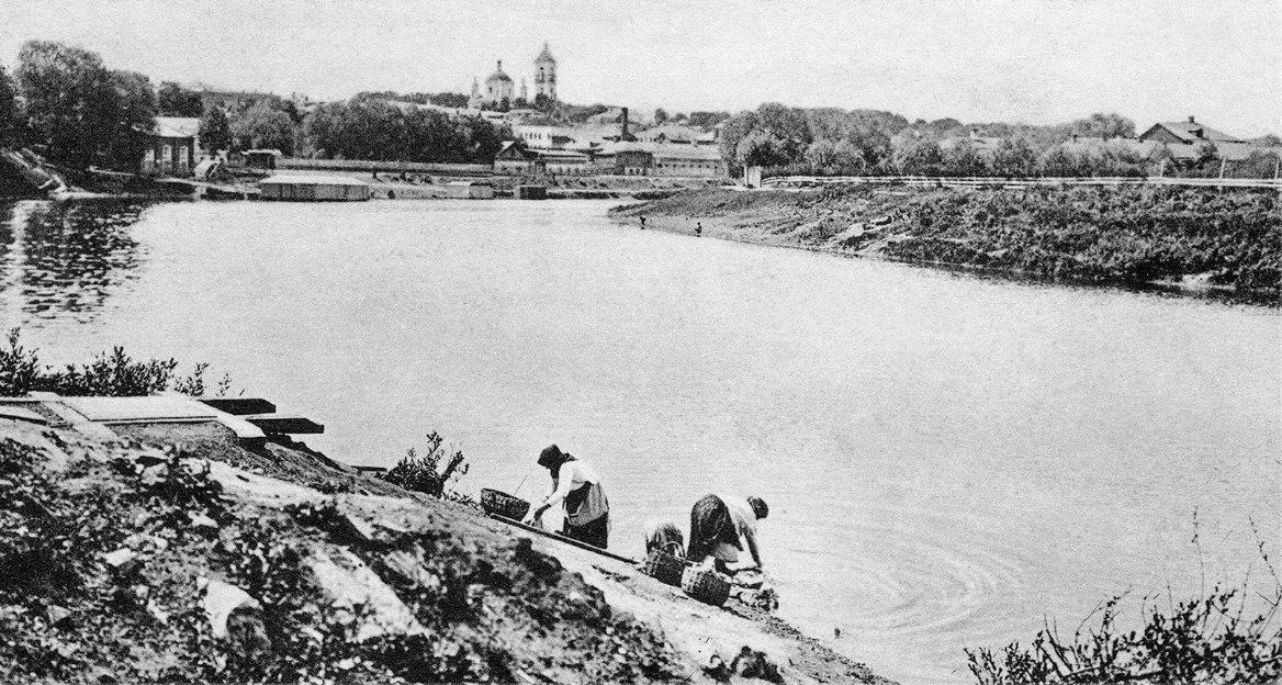 Подольск. Вид на Пахру от городского парка, 1910 год. Когда-то по Пахре ходили корабли. Добываемый в этих местах известняк отправляли баржами в Москву. Фото сделано из района штолен, расположенных в городском парке.