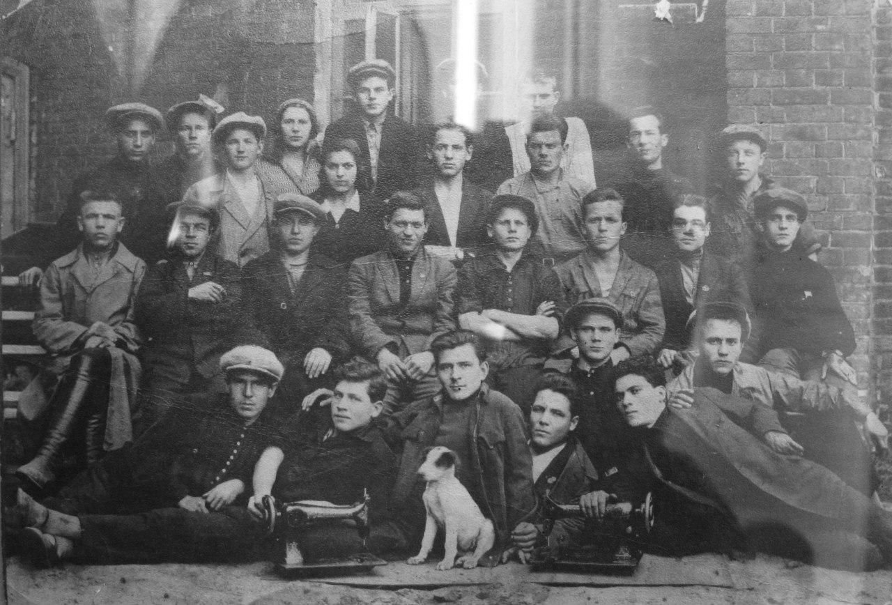 Комсомольская бригада сварщиков швейных машин - механического завода «Зингер», 1929 год.