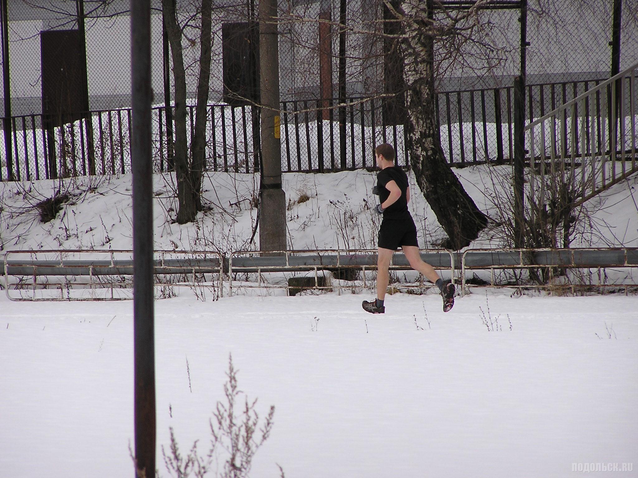 Закаленный бегун на снегу. Климовск. 23.02.2016.