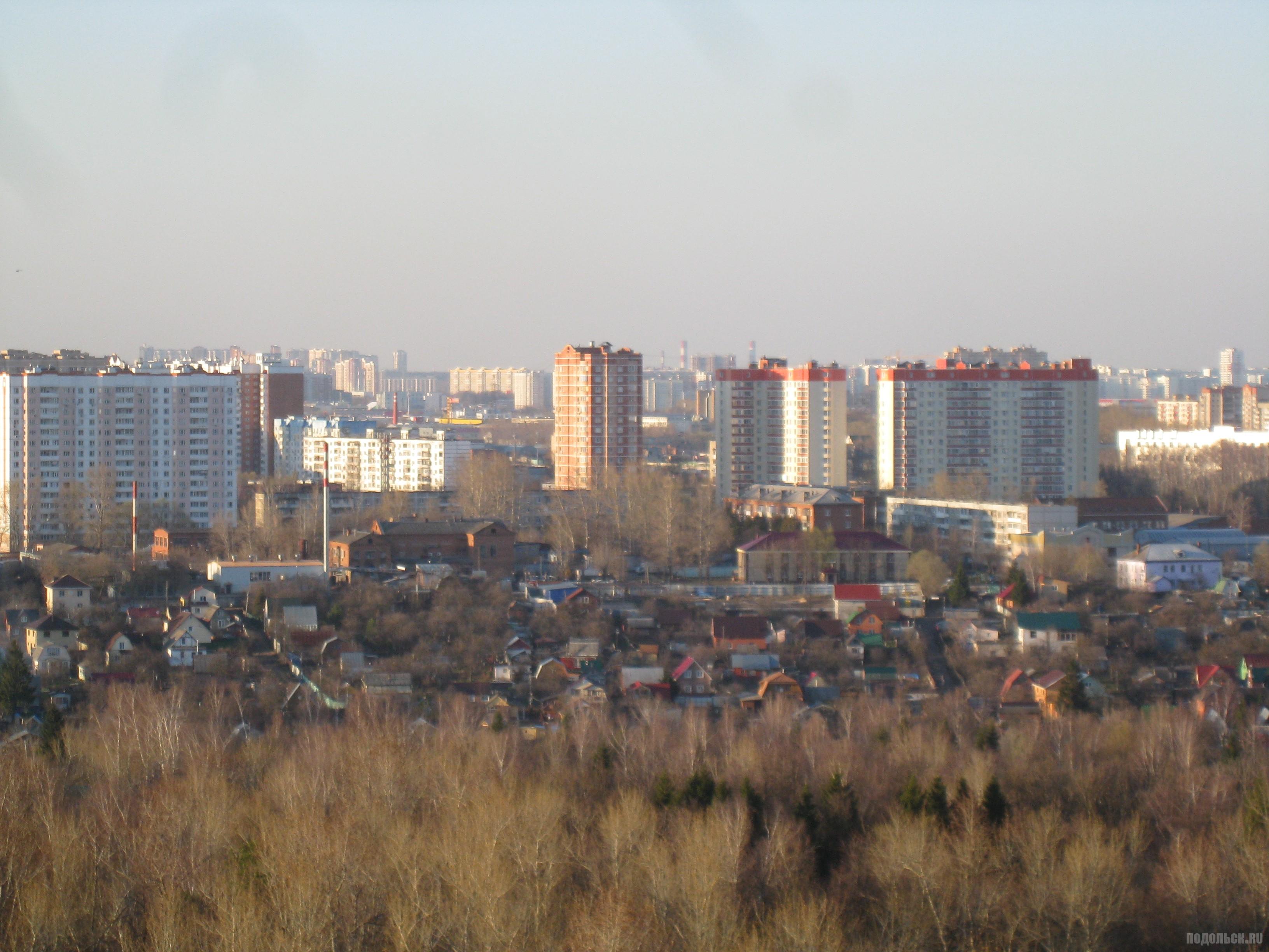 Вид с Красной Горки на Профсоюзную улицу. Апрель 2016.