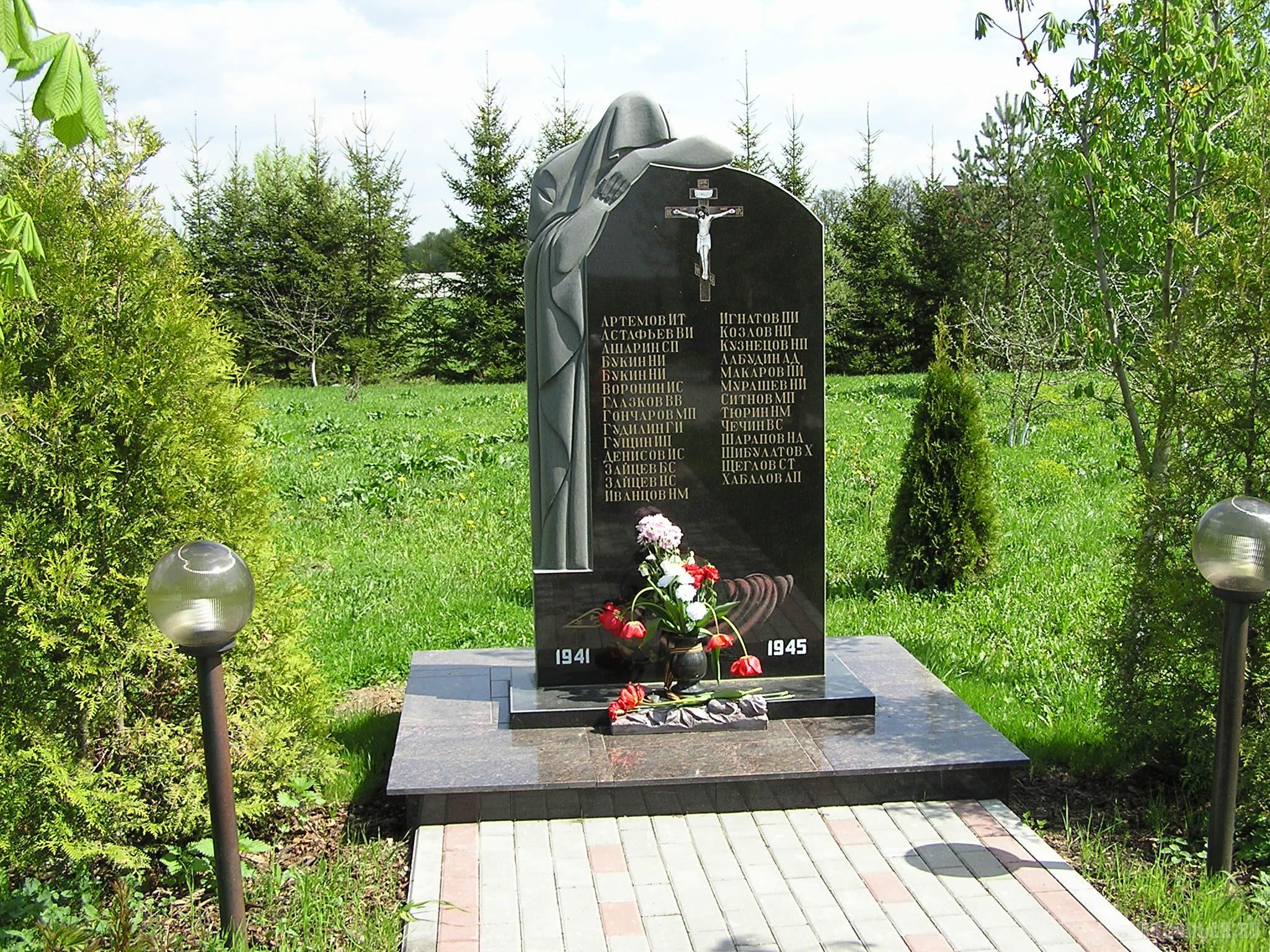 Памятник погибшим на войне землякам. Коледино. 8 мая 2016 г.