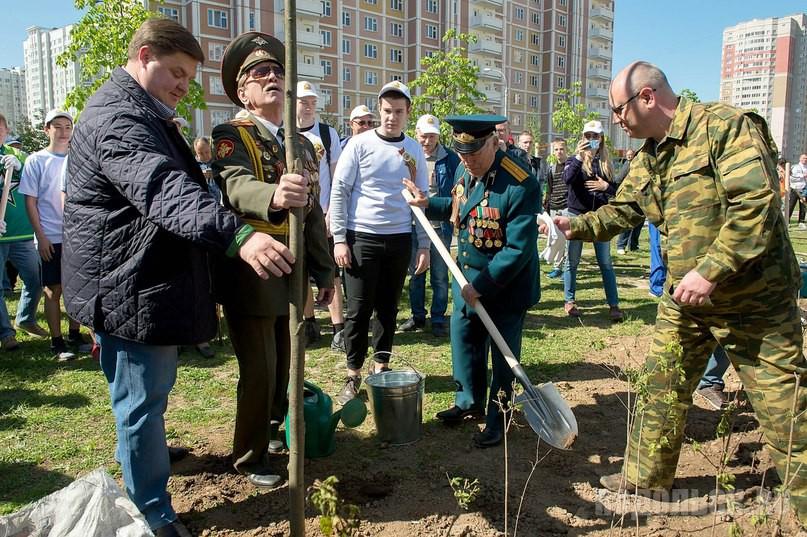 """14 мая в Кузнечиках сажали деревья. Акция """"Лес Победы""""."""
