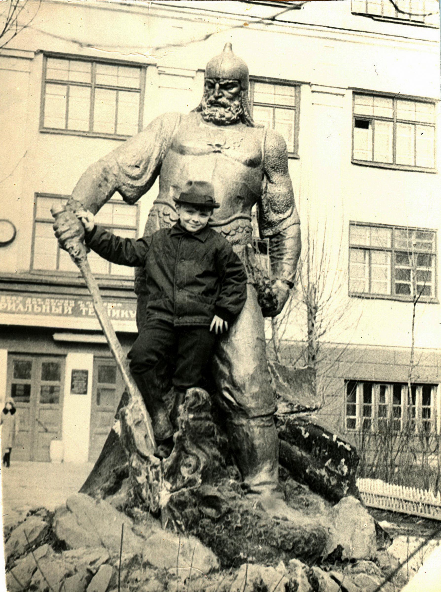 """Витязь"" у индустриального техникума, 1972 год"