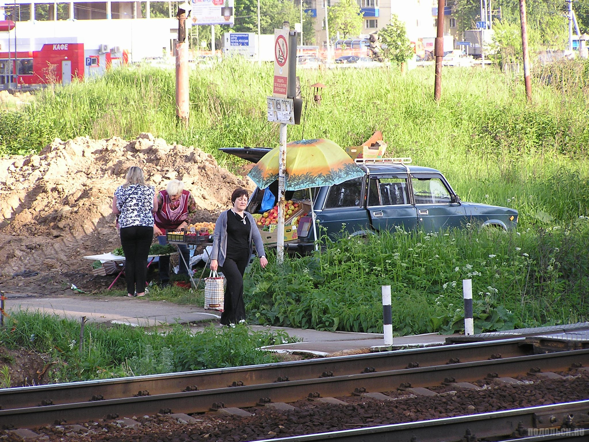 Несанкционированная торговля у платформы Весенняя. 3 июня 2016 г.