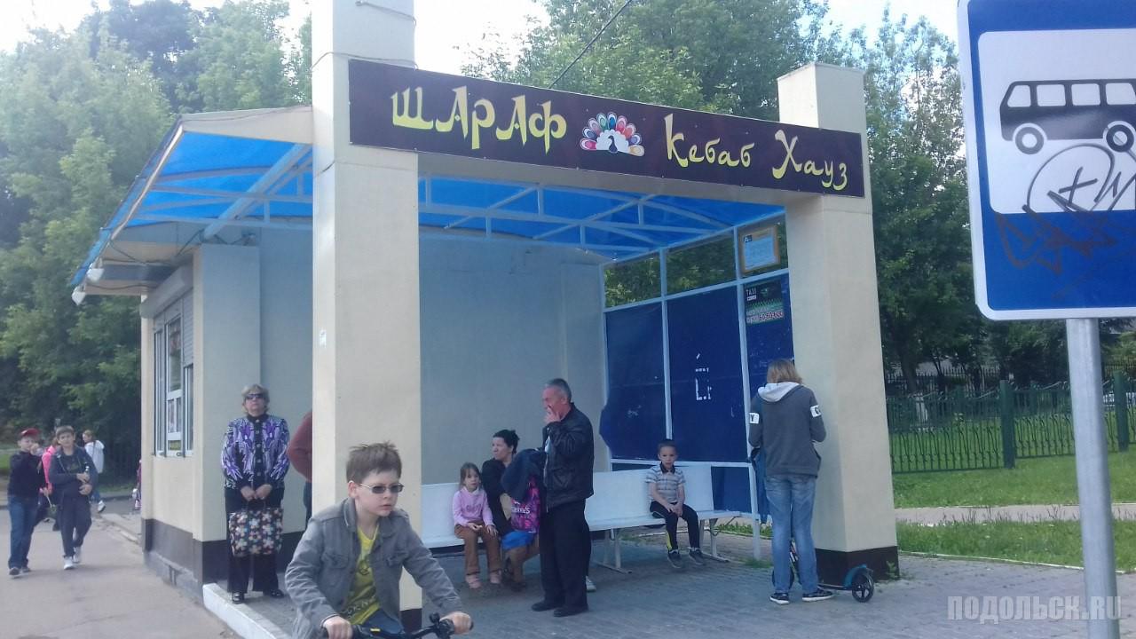 Автобусная остановка в поселке Дубровицы. Июнь 2016 г.