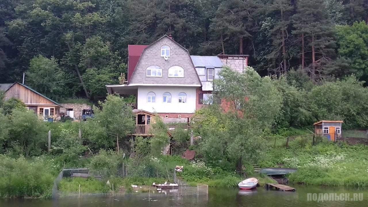 Дом напротив Певческого поля в Дубровицах. Июнь 2016 г.