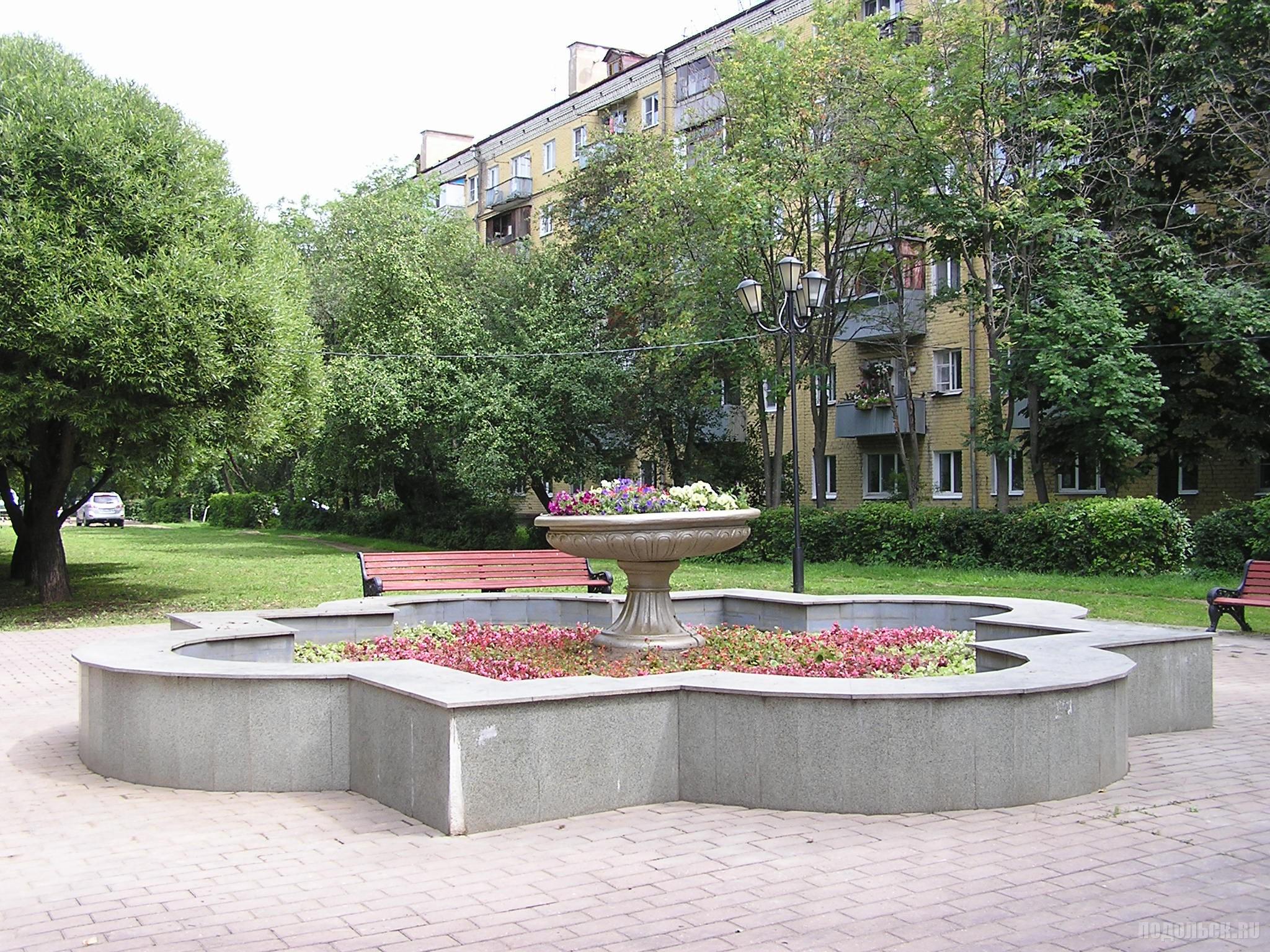 Клумба в фонтане. Климовск. 9 июля 2016 г.
