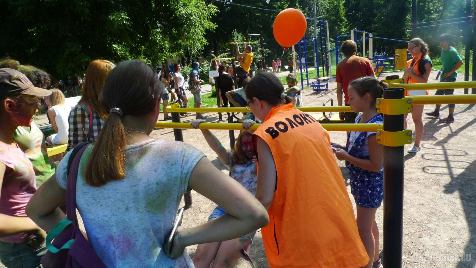 Гости праздника на турниках.  Фестиваль красок  Подростки, молодежь, дети.
