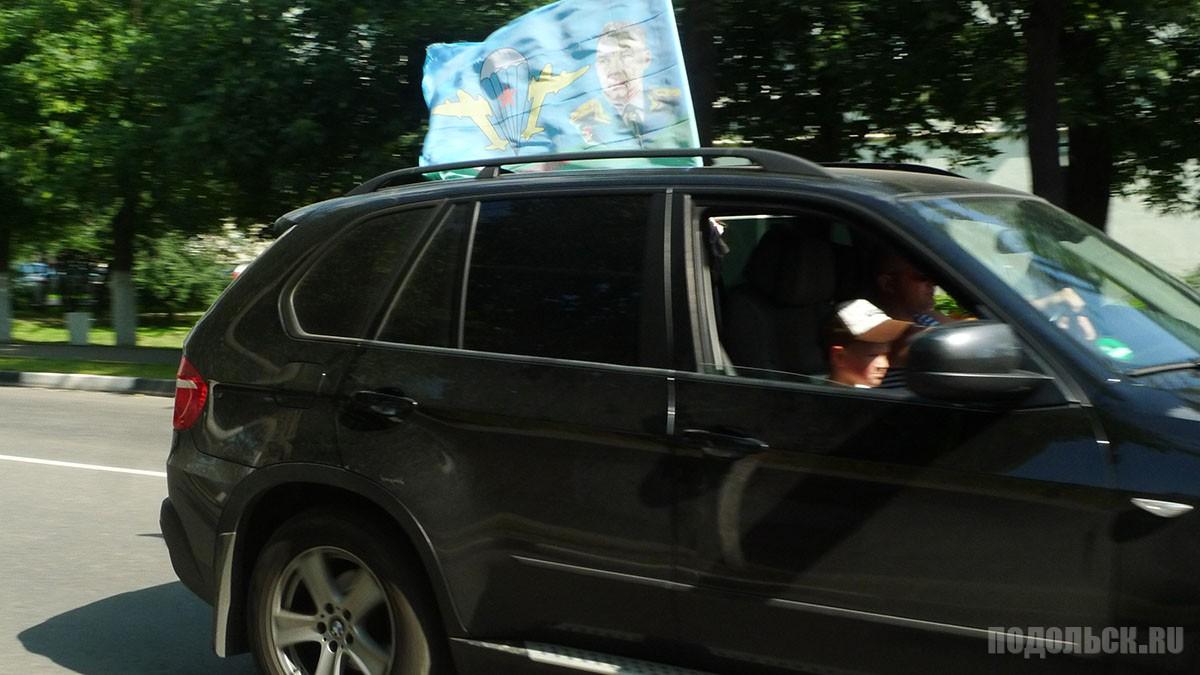 Машина с флагом ВДВ. Рабочая улица.