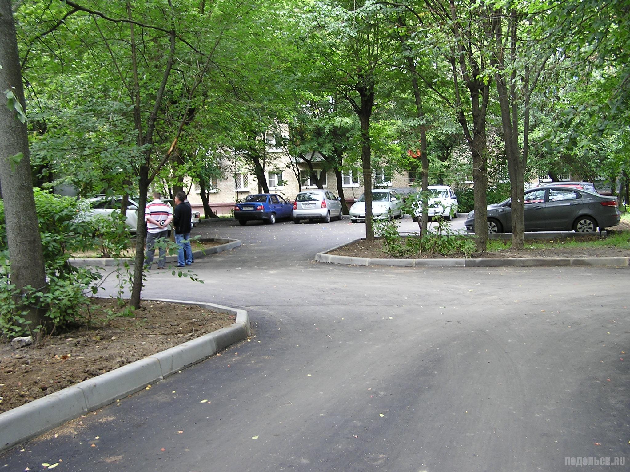 Новый асфальт и новая парковка. Климовск, Западная 4/16. Август 2016 г.