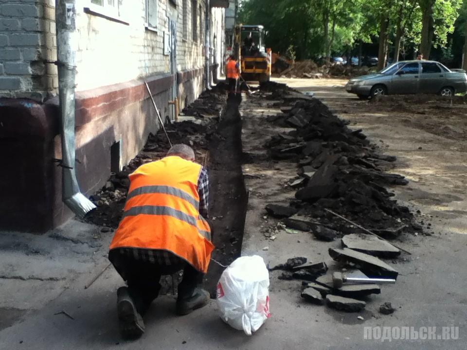 Новый асфальт и новая парковка. Климовск, Заводская улица. Август 2016 г.
