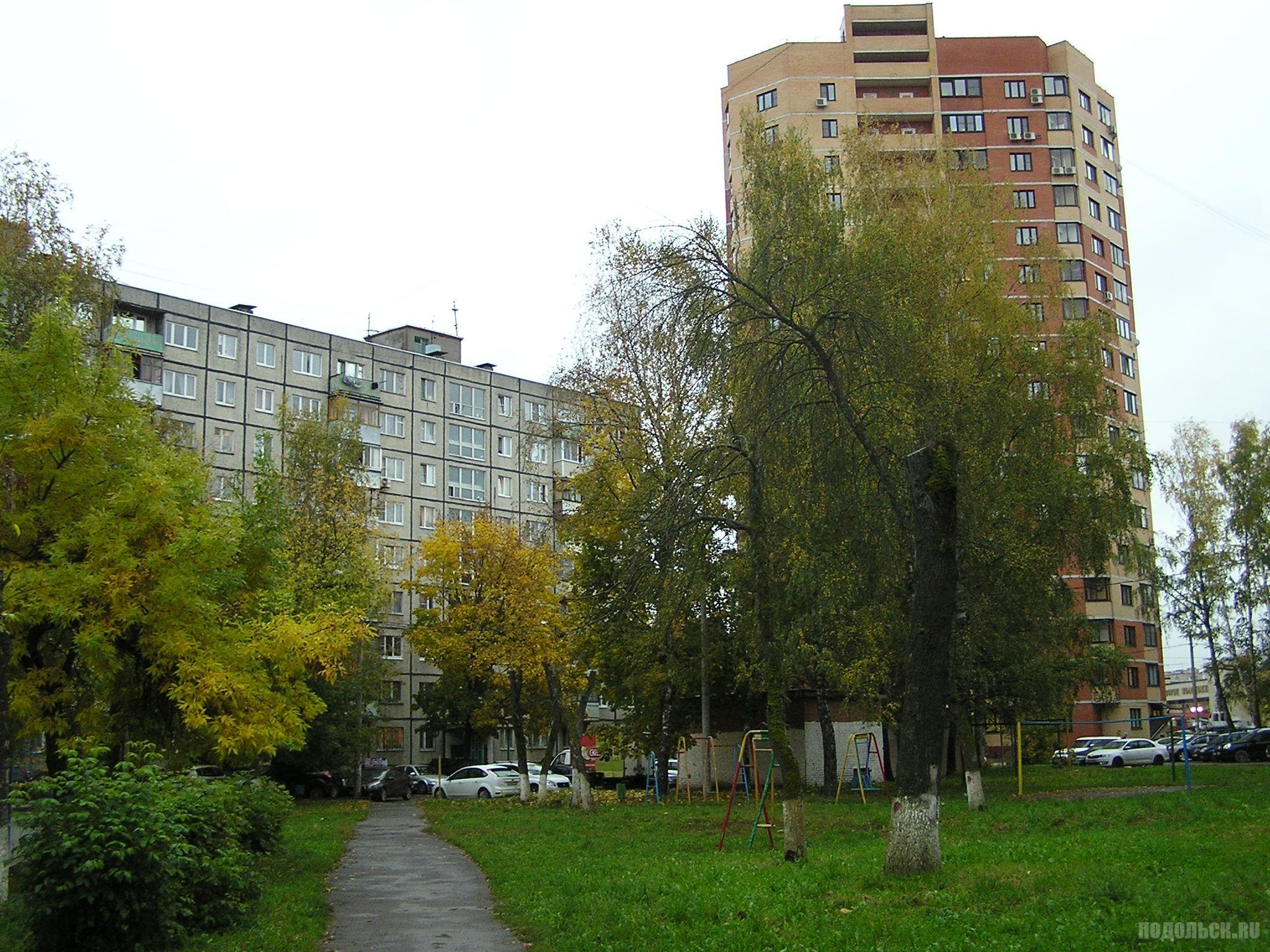 Ленинградская улица. Во дворе. 4 октября 2016 г.