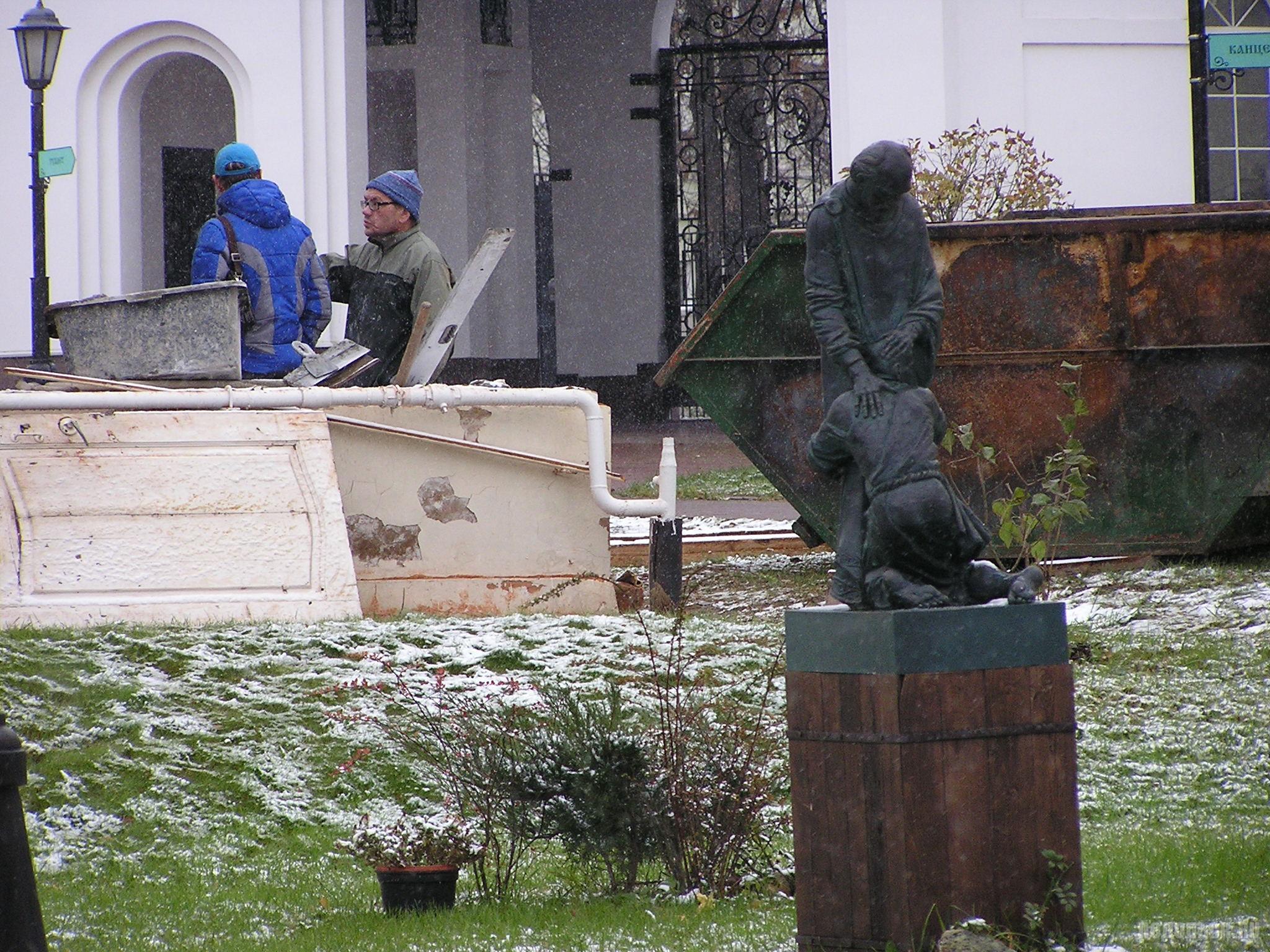 """Скульптура """"Возвращение блудного сына"""". Территория храма на Красной улице. 29 октября 2016 г."""