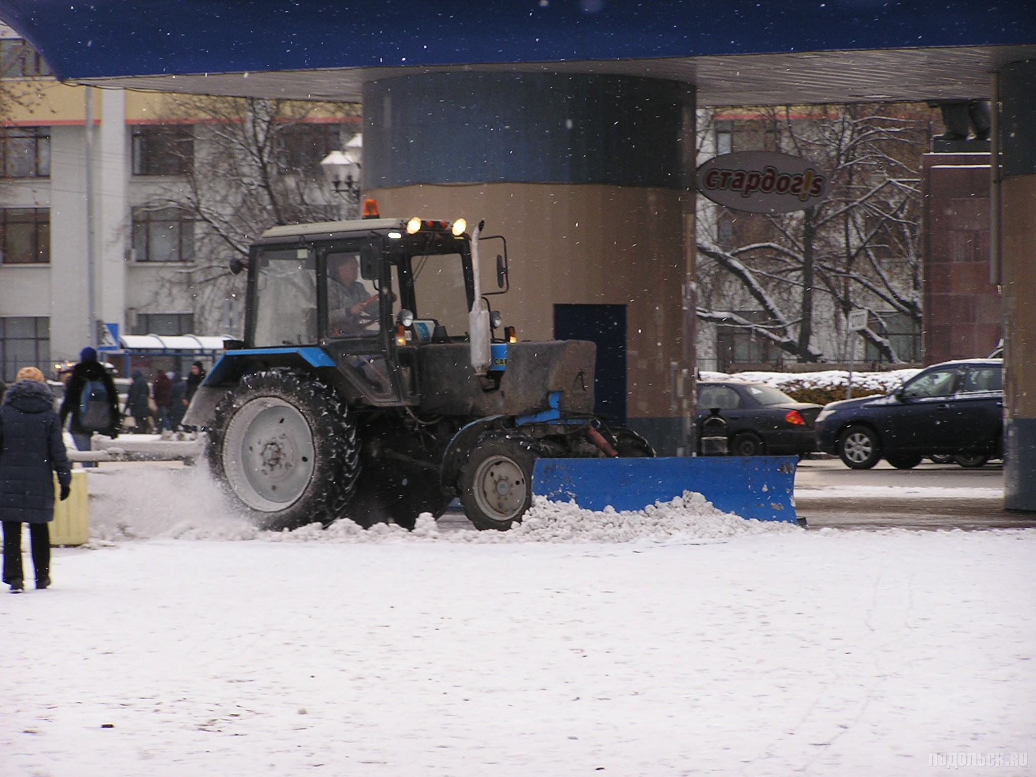 Уборка снега трактором. 31 октября 2016 г.