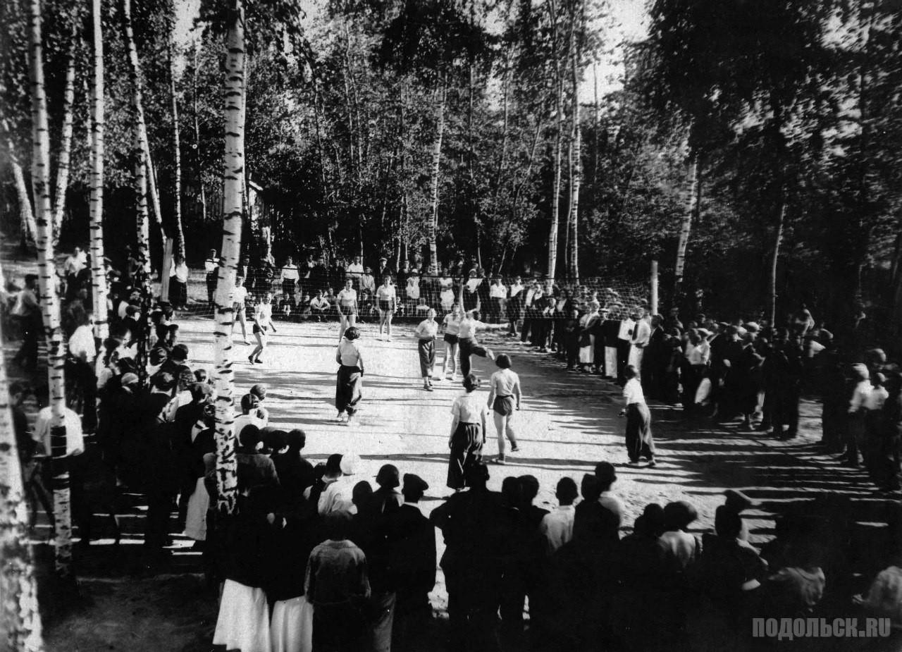 Отдых на волейбольной площадке ПКиО. 1930-е годы.