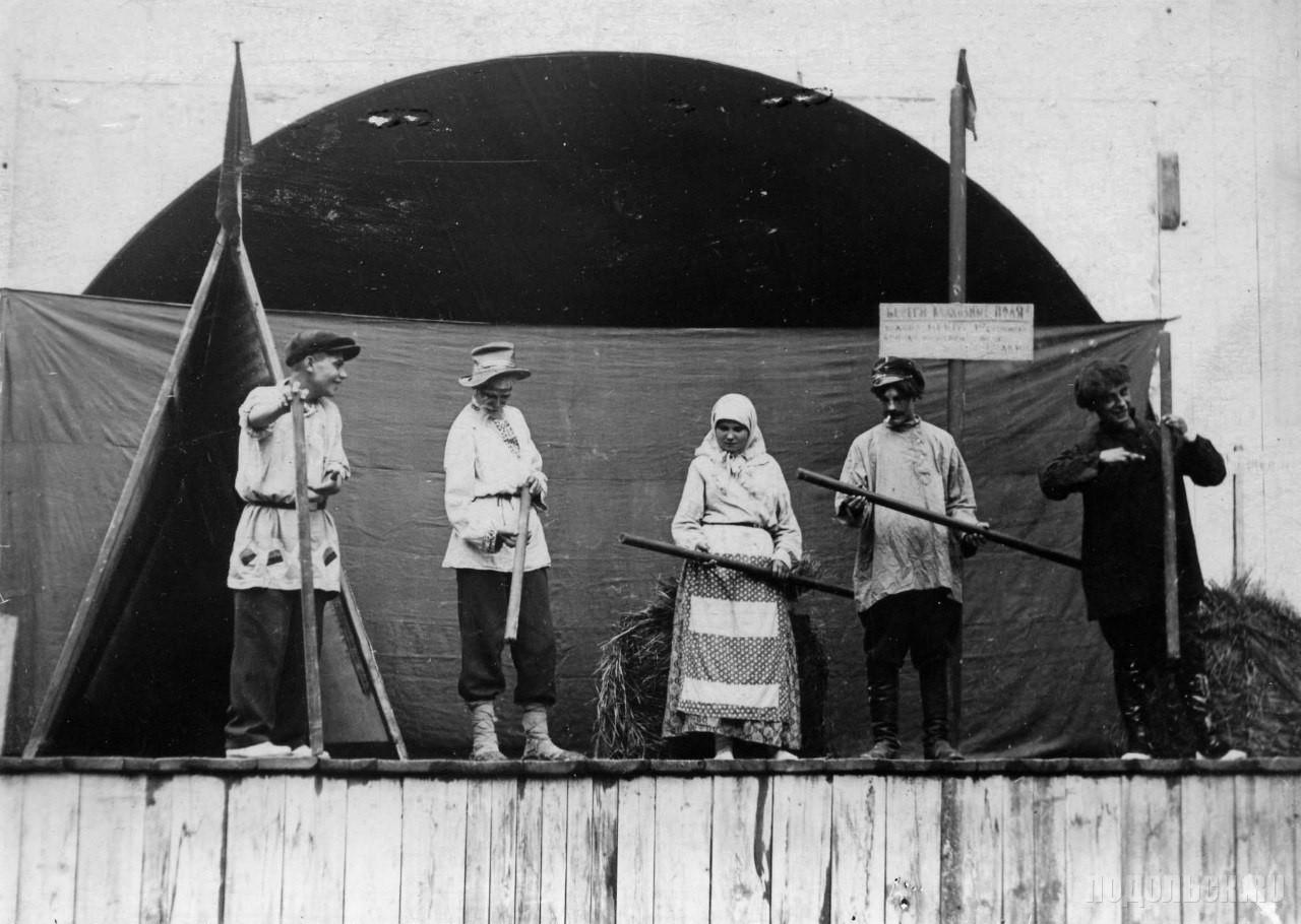 """Надпись на табличке - """"Береги колхозные поля!"""" 1930-е годы."""