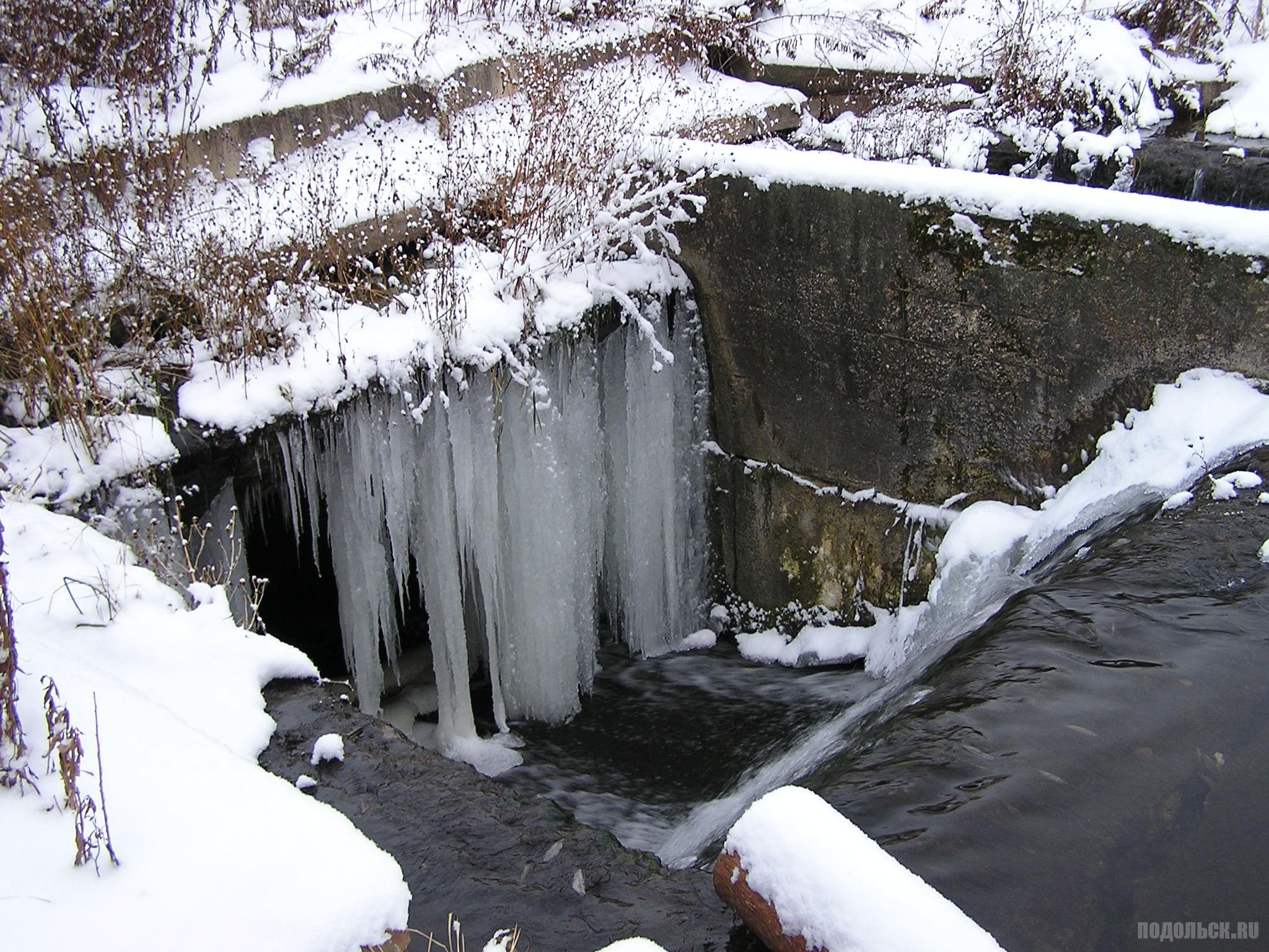Сосульки водопада. Река Петрица в Климовске. 3 декабря 2016 г.