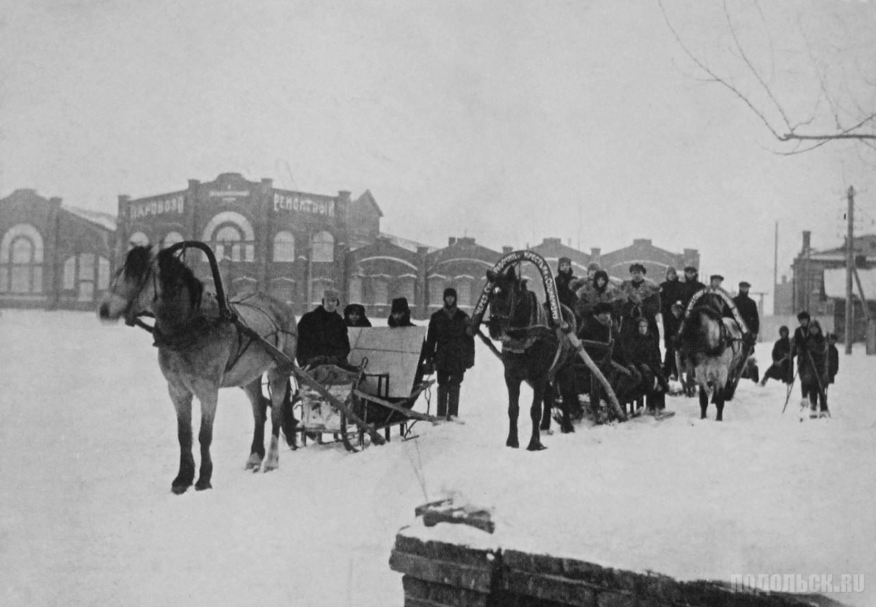 1919 год. У главного корпуса Паровозоремонтного завода. (ЗиО).