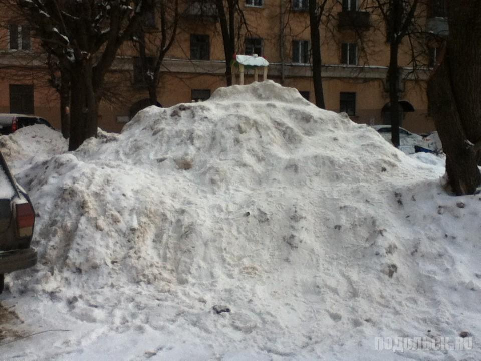 Снежная вершина во дворе. Февраль 2017. Проспект.