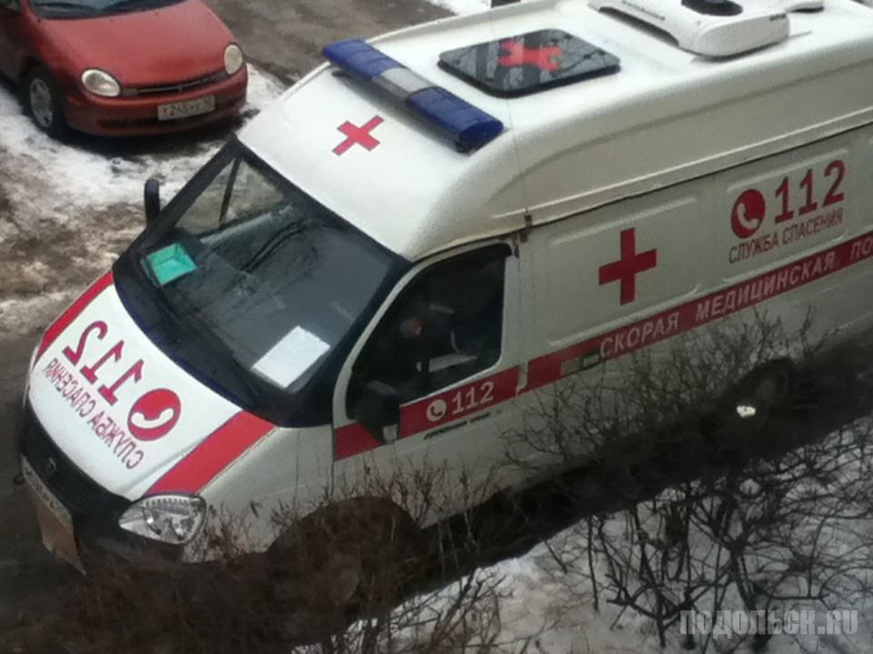 Машина скорой помощи у подъезда. Февраль 2017.