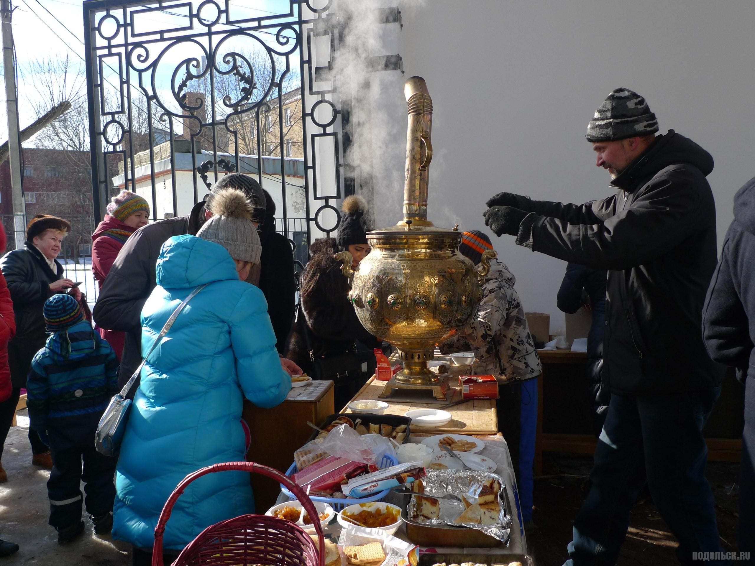 Храм воскресения Христова угощает чаем и блинами.  Масленица в парке Талалихина 26 февраля