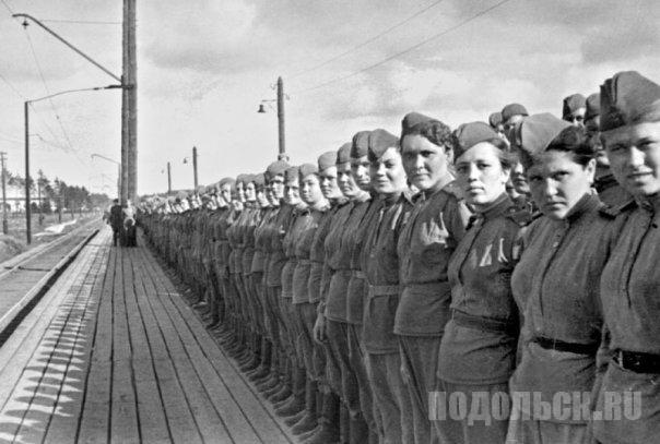 Выпускницы подольской женской школы снайперов на платформе перед отбытием на фронт.