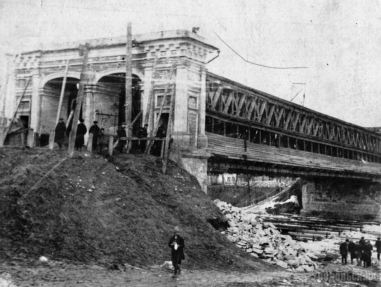 Демонтаж старого деревянного моста, впоследствии перенесённого в Красную Пахру. 1932 г.