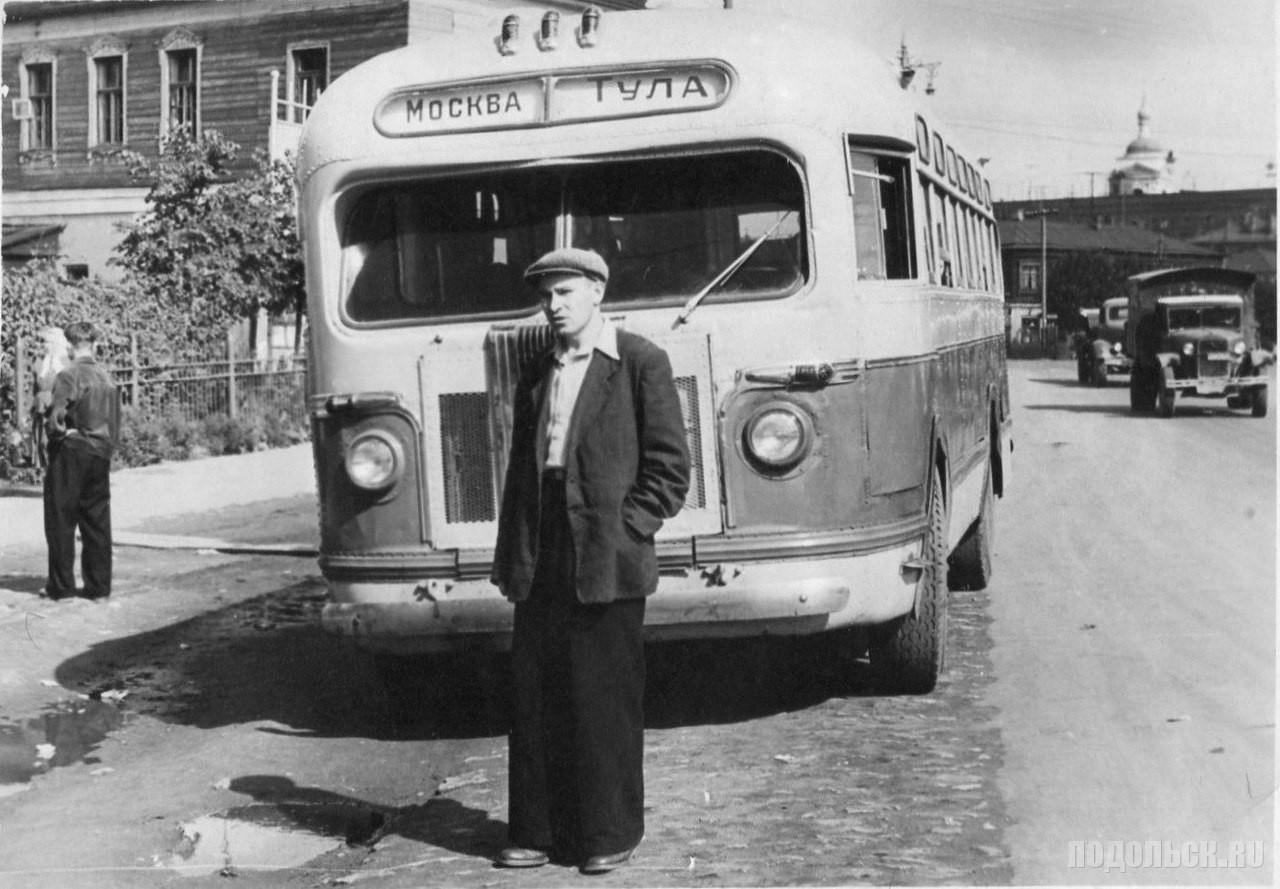 """Подольск, улица Большая Серпуховская. Автобус """"Москва - Тула"""" на остановке рядом с """"Домом крестьянина"""" на «Стрелке» (ныне площадь В.И. Ленина), 1950-1955 г."""