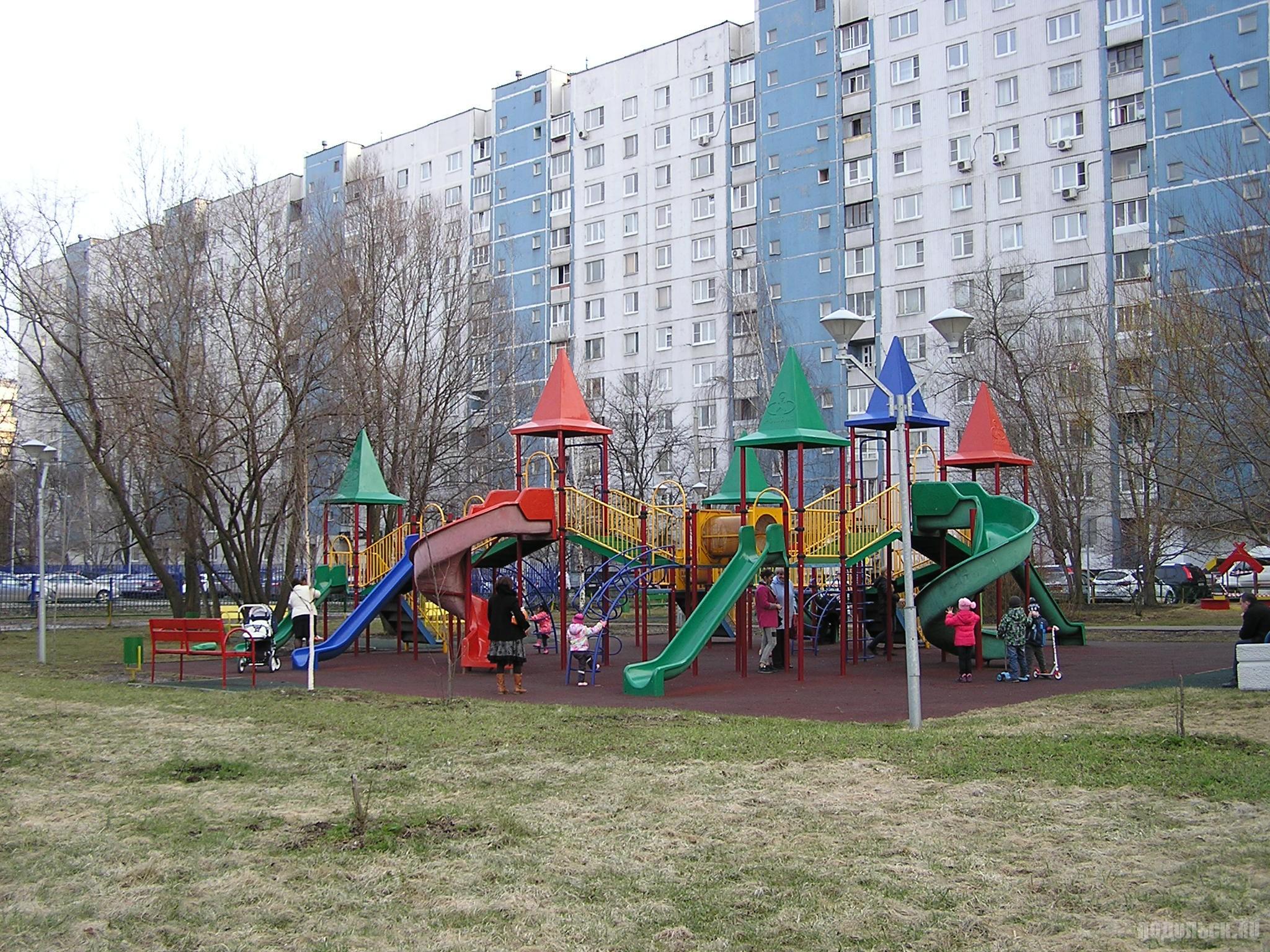 Детская площадка в Москве. Строгино, Строгинский бульвар. 6 апреля 2017.
