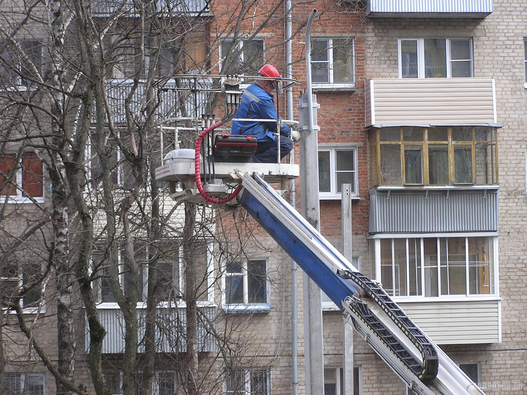 Монтаж светильника на фонаре. 26.04.17. Климовск.