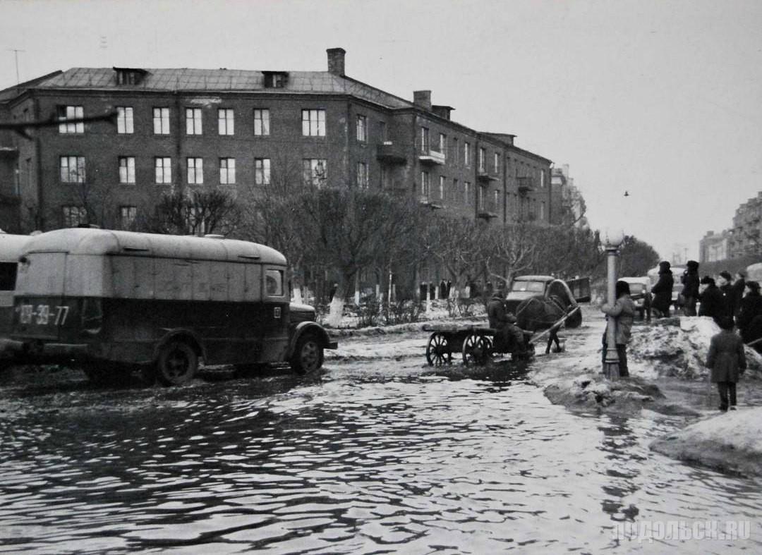 На перекрёстке Ревпроспекта и Рабочей улицы. - 1950-е гг.