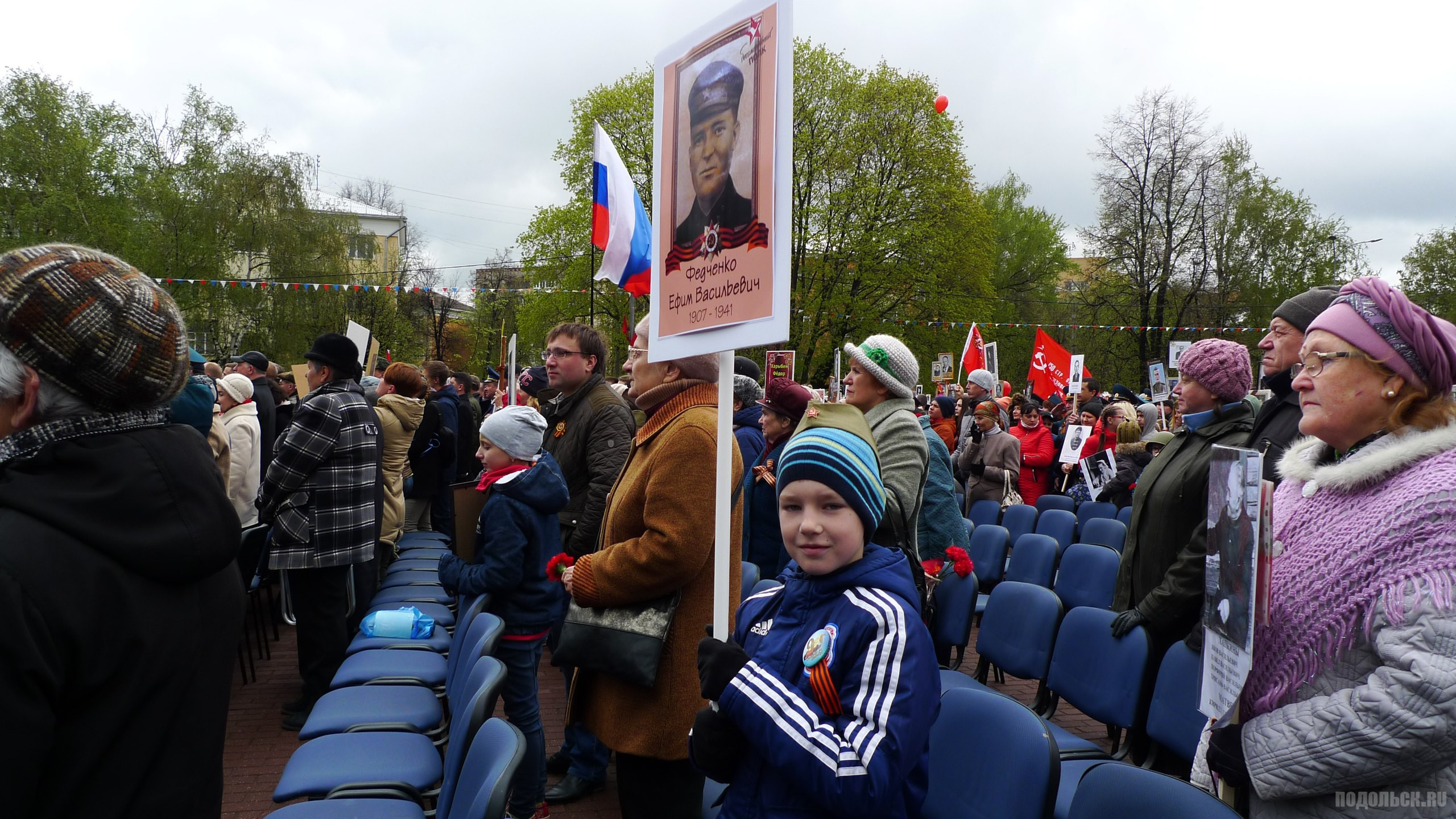"""Колонна участников шествия акции """"Бессмертный полк"""""""