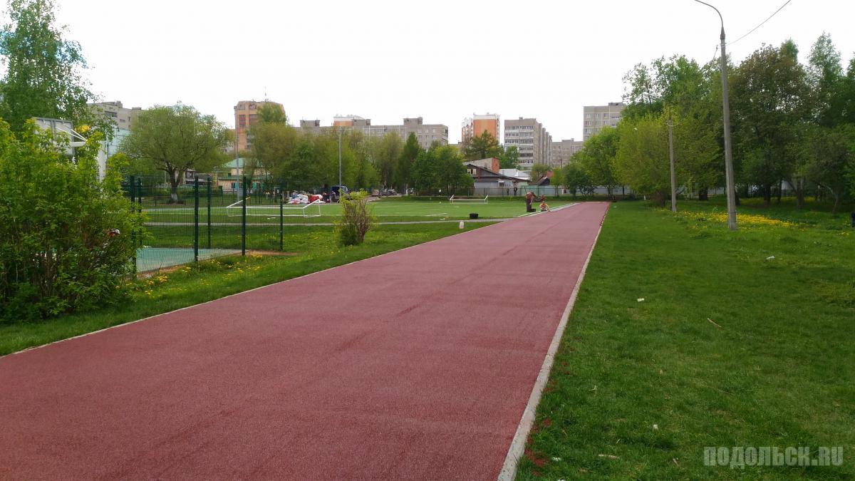 Новая беговая дорожка в 5 школе Подольска. Май 2017.
