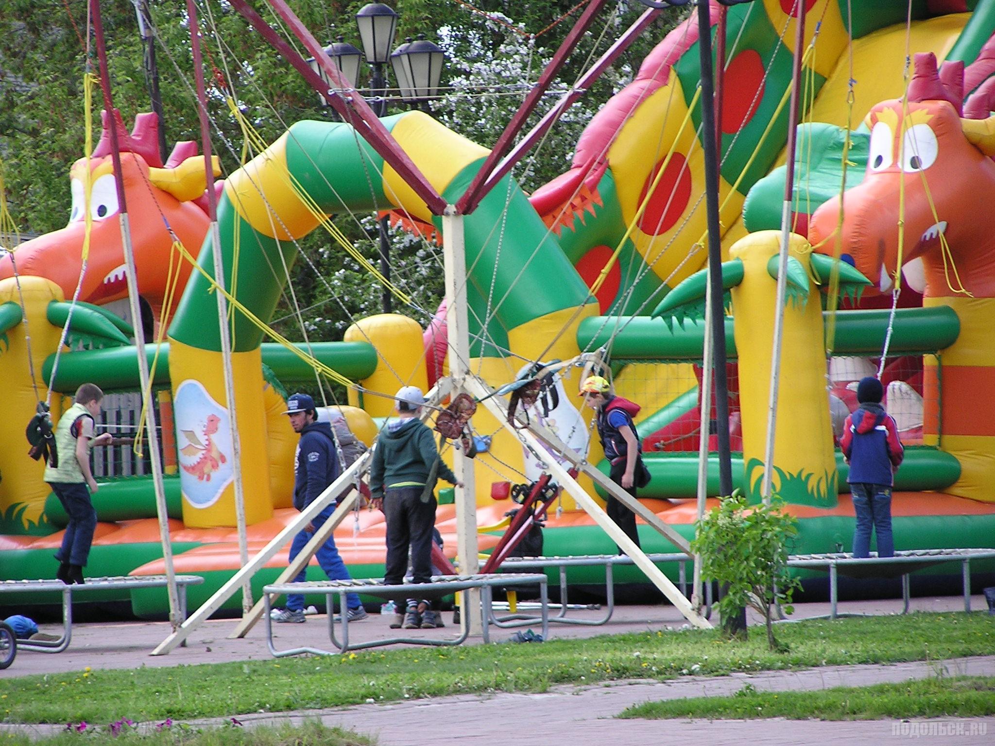 Аттракционы в Детском парке. 28 мая 2017.
