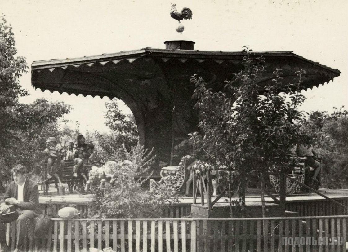 На детской площадке ПКиО. 1960-е.