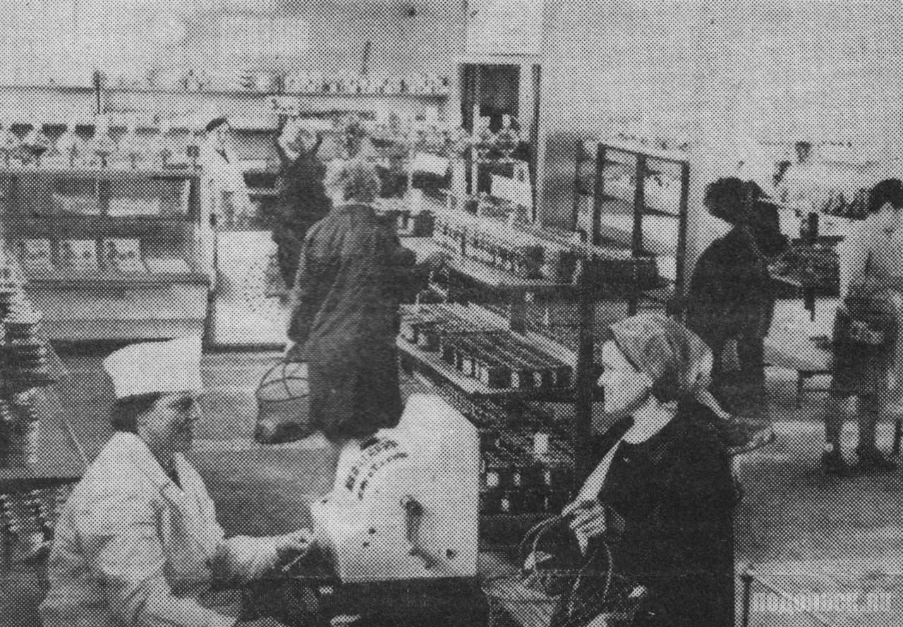 Новый продовольственный магазин «Маяк». В отделах самообслуживания магазина. На переднем плане кассир Зоя Соленкова. - Июнь 1969 г.