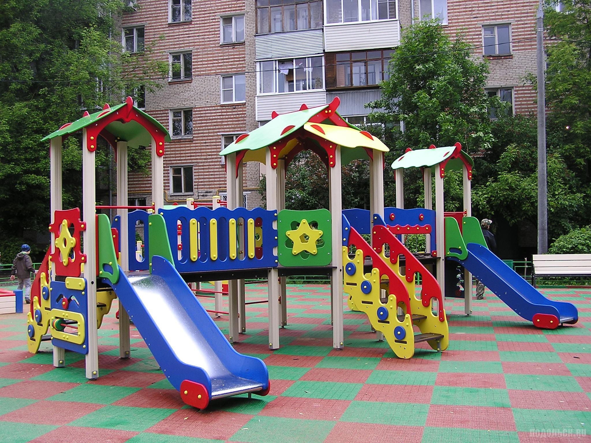 Двор на проспекте. Детская площадка. Июнь 2017.