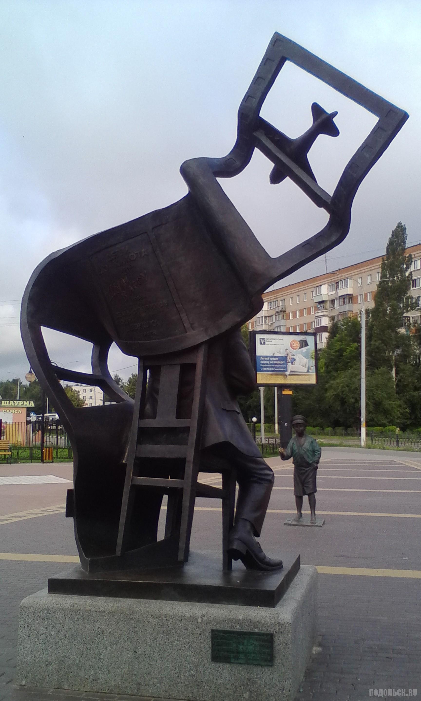 Памятник режиссеру Евгению Карелову в Подольске. Июль 2017.